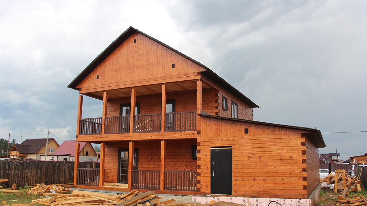 Как мы построили дом из бруса с террасой и балконом