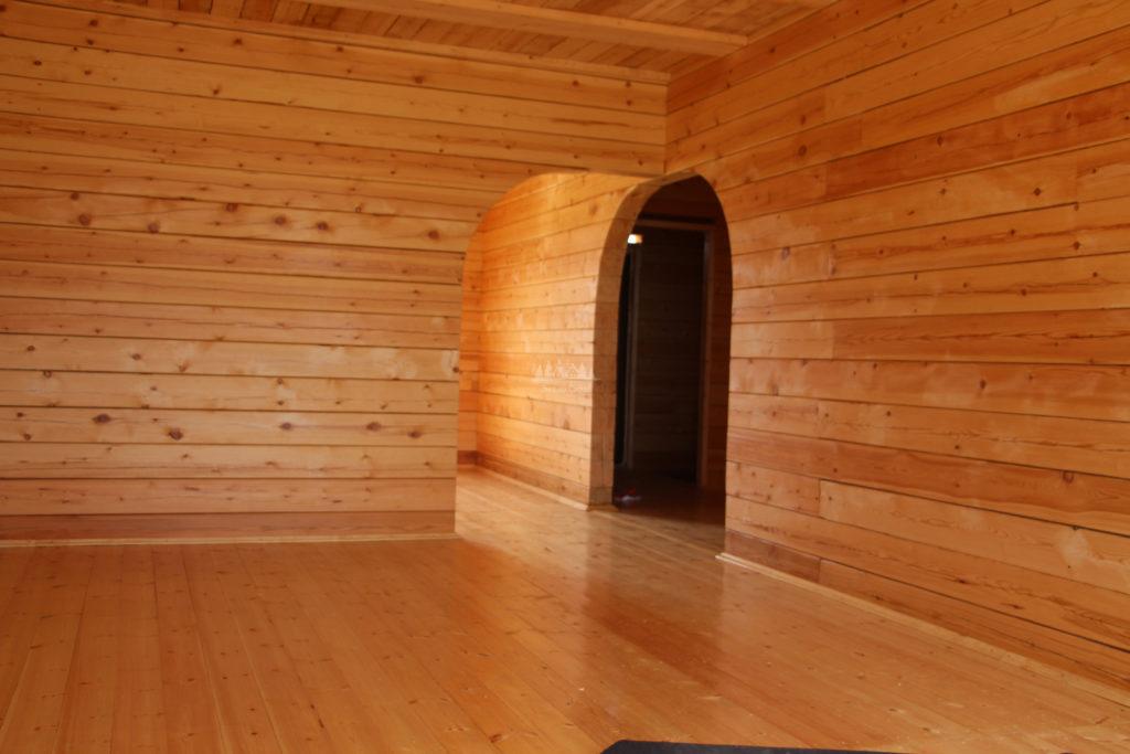 Вид с зала на кухню и коридор